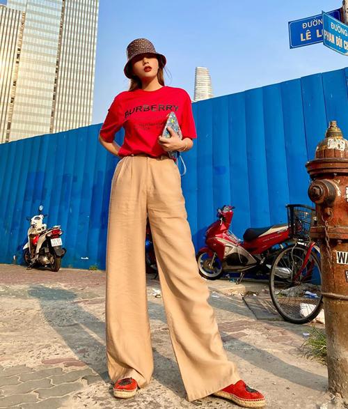 Công thức áo phông và quần suông giúp Kỳ Duyên đã cao chân càng thêm dài.