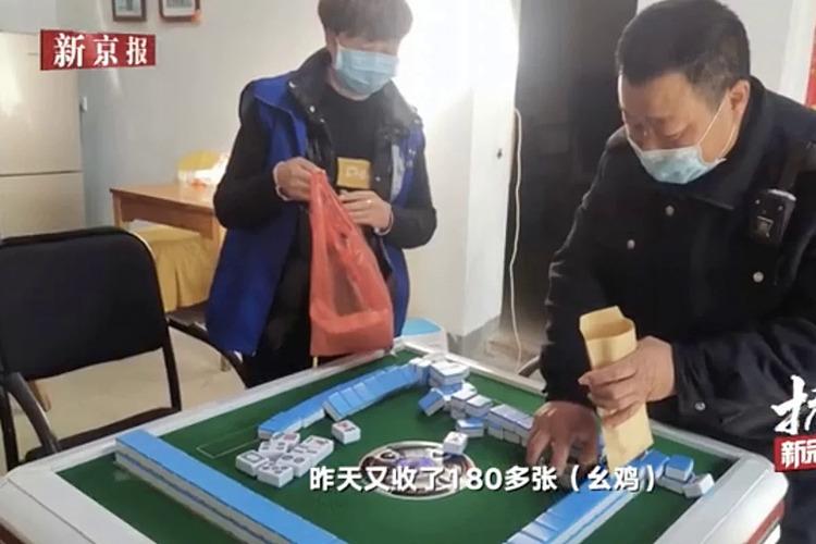 Cảnh sát tịch thu gạch mạt chược. Ảnh: weibo.