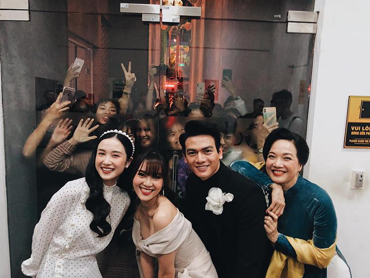 Dàn sao phim Gái già lắm chiêu khoe ảnh chụp với fan khi giao lưu ở Huế.