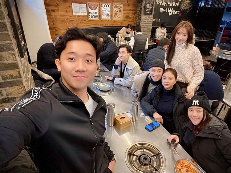 Trấn Thành cùng đồng bọn chụp ảnh ở Hàn trước khi về Việt Nam sau chuyến du lịch đầu năm.