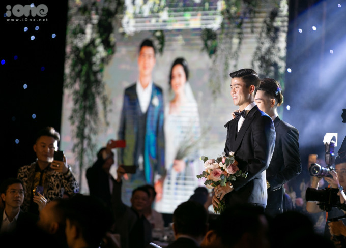 <p> Duy Mạnh hồi hộp chờ đón cô dâu trên sân khấu.</p>