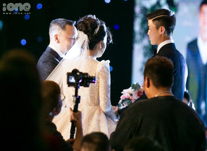 <p> Cô dâu được bố dắt vào lễ cưới, trao tay cho con rể. Hai gia đình cùng làm lễ trên sân khấu trước sự chứng kiến của gần 500 khách mời.</p>