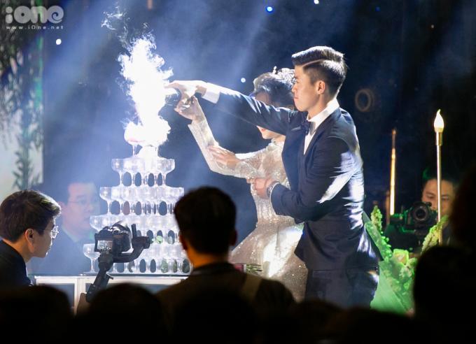 <p> Duy Mạnh - Quỳnh Anh cắt bánh, rót rượu sâm banh.</p>