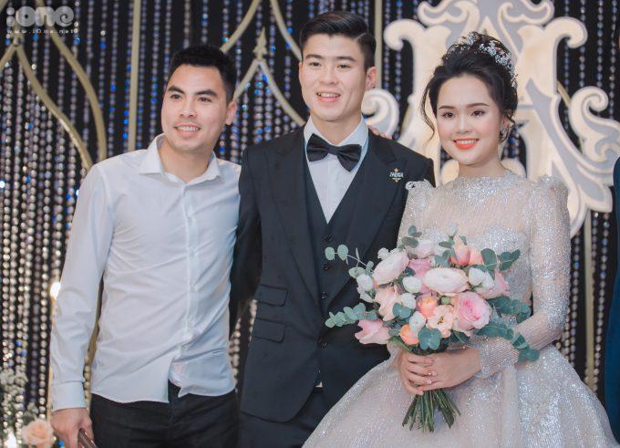 <p> Đức Huy có mặt từ sớm ở đám cưới của đồng nghiệp. Anh được Duy Mạnh tiết lộ sẽ là một trong những phù rể của tiệc cưới. Hai người thân nhau từ khi thi đấu chung cho đội tuyển bóng đá Việt Nam ở nhiều giải đấu.</p>