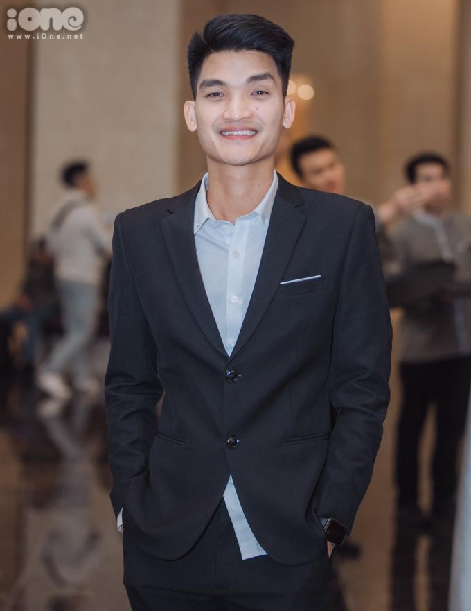 <p> Diễn viên Mạc Văn Khoa bay từ TP HCM ra dự tiệc cưới.</p>