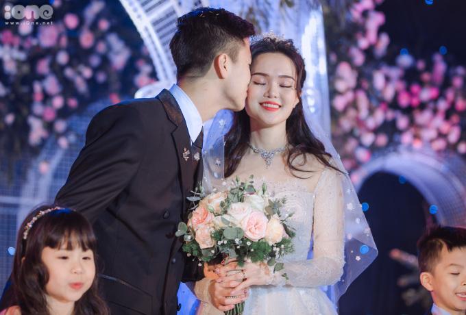 """<p> Duy Mạnh hôn má """"công chúa béo"""" Quỳnh Anh. Cả hai yêu nhau nhiều năm trước khi quyết định về chung một nhà.</p>"""