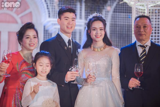 <p> Chiều tối cùng ngày, Duy Mạnh - Quỳnh Anh còn có tiệc cưới diễn ra ở một khách sạn tại Hà Nội.</p>