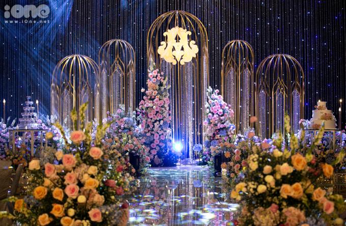 <p> Cô dâu chú rể sử dụng nhiều hoa hồng để trang trí, tạo không gian ấm cúng.</p>