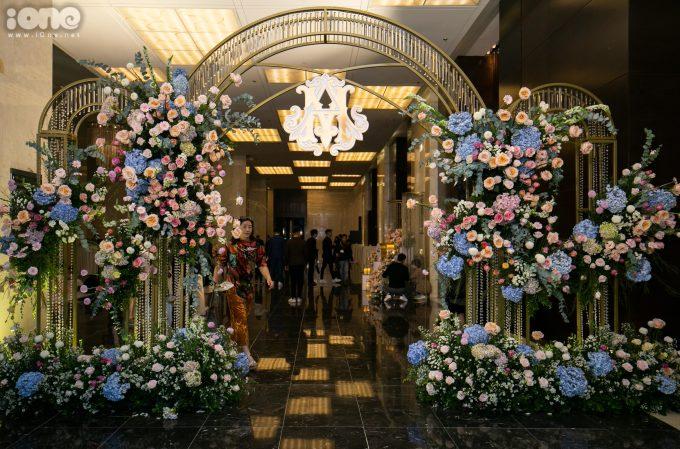 <p> Cổng hoa được điểm xuyết bằng những đóa cẩm tú cầu màu xanh.</p>