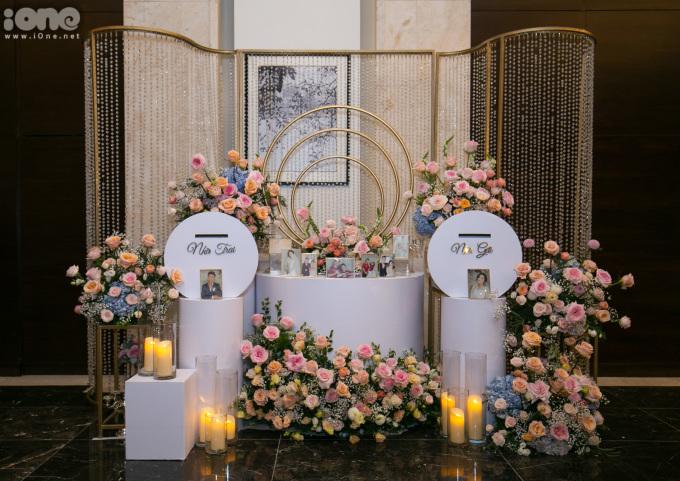 <p> Khu vực quà mừng của quan khách được trang trí bằng nến và những hình ảnh đẹp của cô dâu - chú rể.</p>