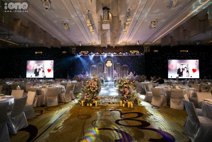 <p> Duy Mạnh - Quỳnh Anh tổ chức tiệc cưới ở một khách sạn vào buổi tối sau lễ đón dâu diễn ra tại nhà trai trưa cùng ngày.</p>