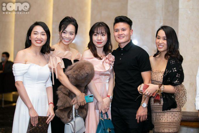 <p> Quang Hải chụp ảnh cùng các khách mời ở tiệc cưới.</p>