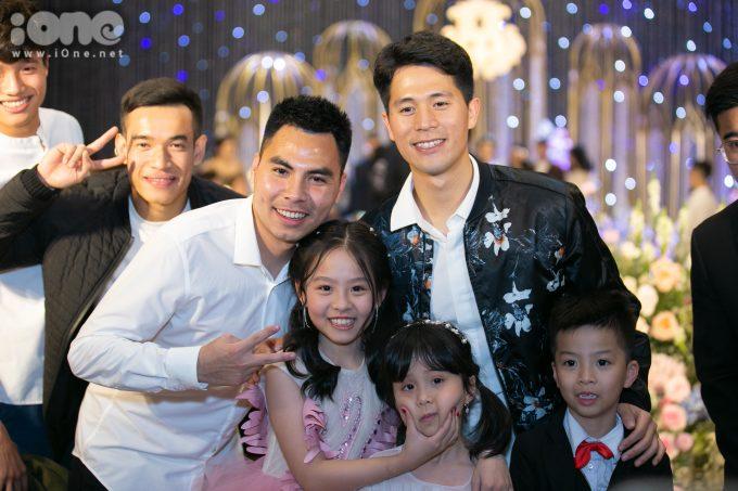 <p> Đức Huy - Đình Trọng chụp ảnh cùng fan nhí.</p>