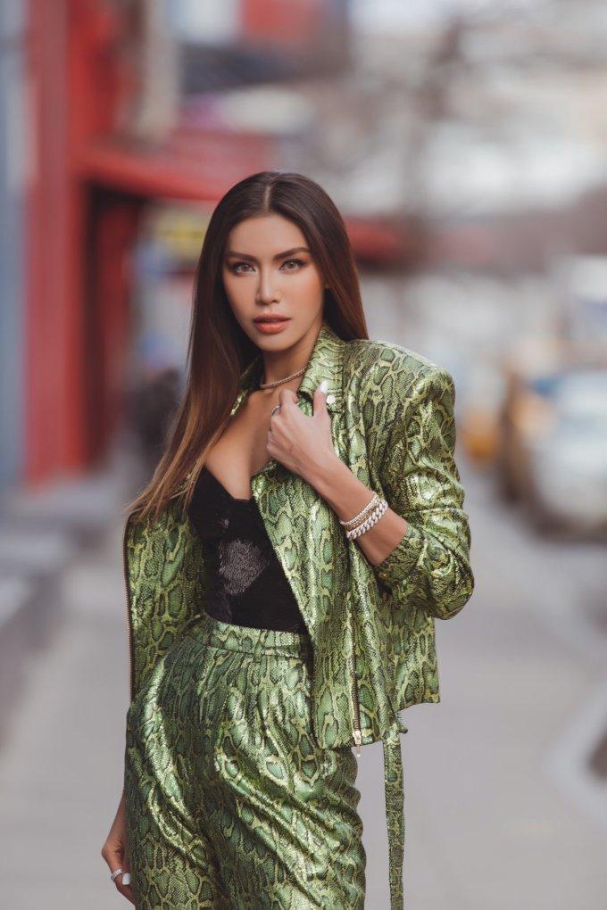 <p> Cô chọnbộ trang phục của NTK Chung Thanh Phong với phong cách menswear cá tính.</p>