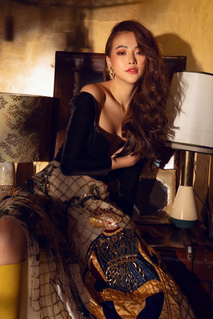 <p> Trong thiết kế với chất liệu ren được đính kết tỉ mỉ, hoạ tiết độc đáo của NTK Lê Thanh Hòa và Tùng Vũ, Phương Khánh toát lên hình ảnh công chúa cá tính, có phần nổi loạn.</p>