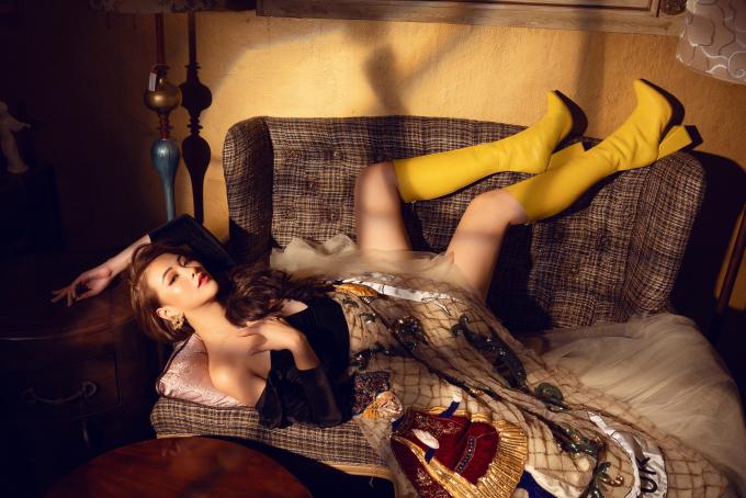 <p> Người đẹp phối trang phục cùng những phụ kiện bản to và boots cổ cao.</p>