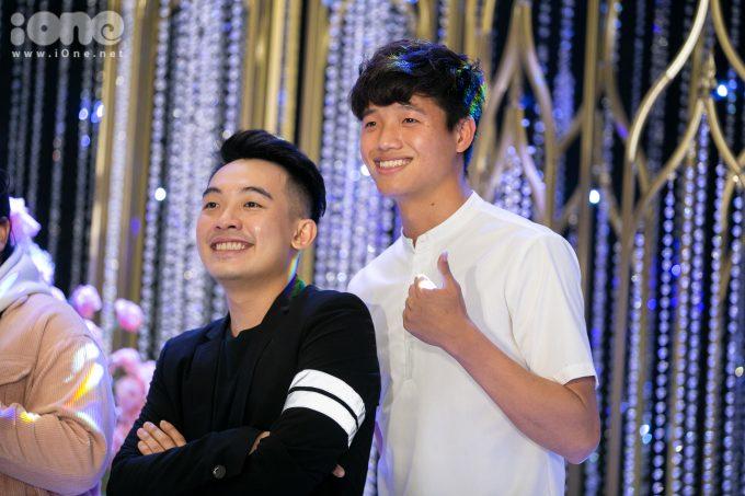 <p> Thủ môn Phí Minh Long của Hà Nội FC chụp ảnh cùng Phở Đặc Biệt.</p>