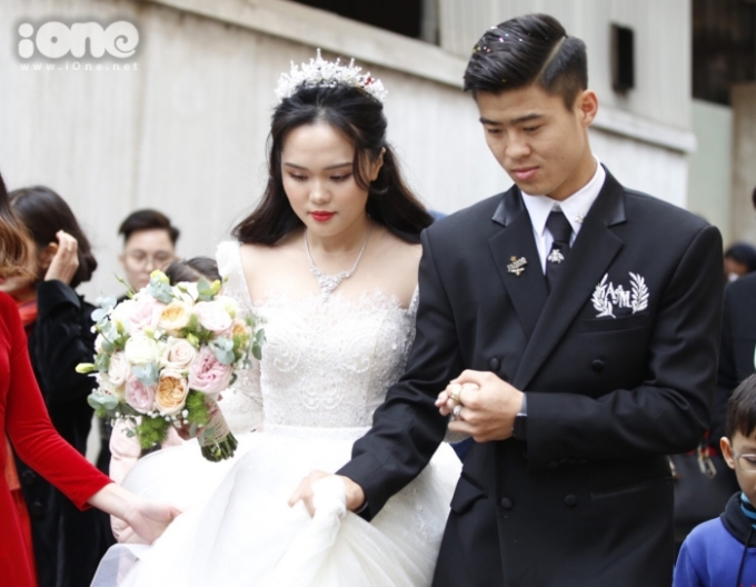 Duy Mạnh nâng váy cưới cho vợ khi đón dâu