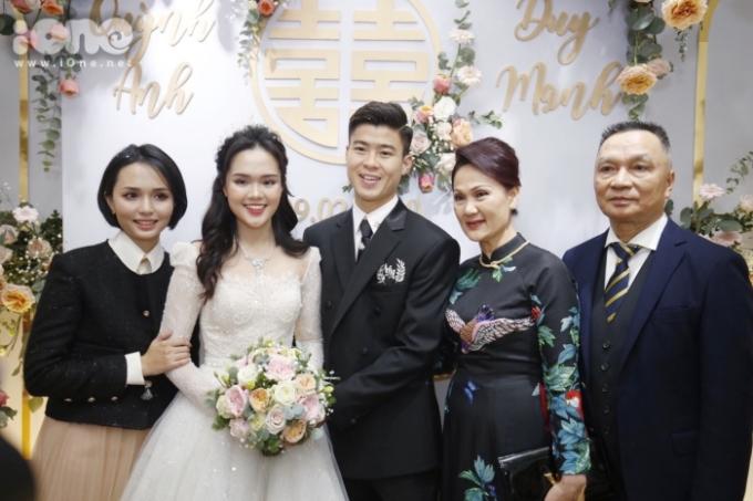 <p> Cô dâu Quỳnh Anh diện váy cưới xinh đẹp xuất hiện. Hai gia đình làm thủ tục rước dâu và chụp ảnh kỷ niệm.</p>