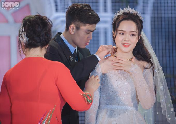 <p> Quỳnh Anh được mẹ chồng tặng quà trong ngày cưới.</p>