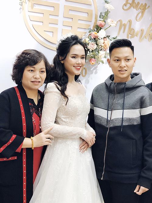 Cô dâu Quỳnh Anh xuất hiện.