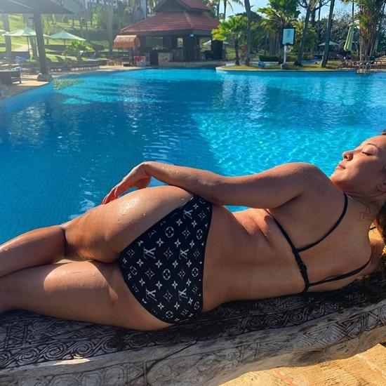 Luna f(x) khoe hình thể táo bạo với bikini.