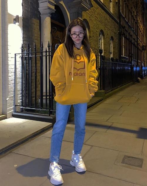 Yeri mặc giản dị mà khỏe khoắn đi dạo phố London.