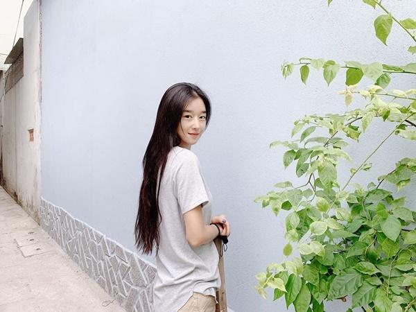 Seo Ye Ji khiến fan đắm đuối bằng khoảnh khắc quay đầu cười ngọt ngào trong một con ngõ ở Hội An.