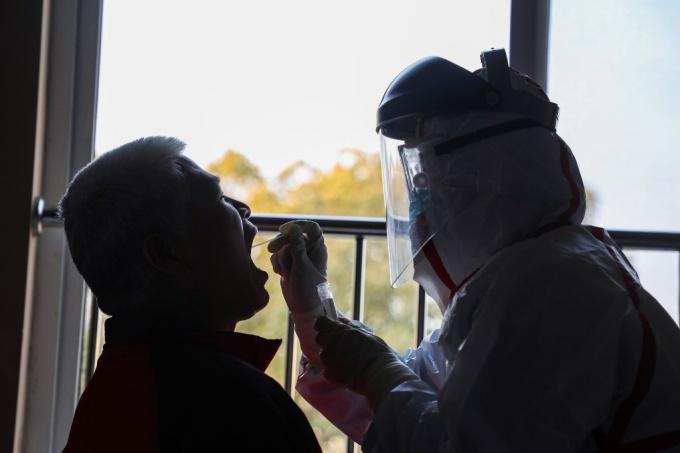 <p> Những trường hợp đã nhiễm bệnh hoặc nghi nhiễm, những người có tiếp xúc với người nhiễm, hoặc những người xuất hiện triệu chứng sốt cao đều cần được tìm ra.</p>