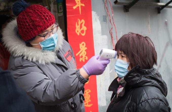 <p> Giới chức thành phố đang thiết lập chốt kiểm tra trước mọi khu phố và chung cư để đo thân nhiệt cho người dân.</p>