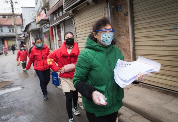 <p> Thành phố Vũ Hán, thủ phủ tỉnh Hồ Bắc, Trung Quốc - tâm điểm dịch do chủng virus corona mới - đang tiến hành rà soát lại từng khu vực ngõ ngách để đảm bảo tất cả đối tượng nghi nhiễm hoặc đã nhiễm bệnh được xác định. Trong ảnh, các nhân viên cộng đồng đến thăm khu phố ở Caidian, Vũ Hán để kiểm tra sức khỏe.</p>