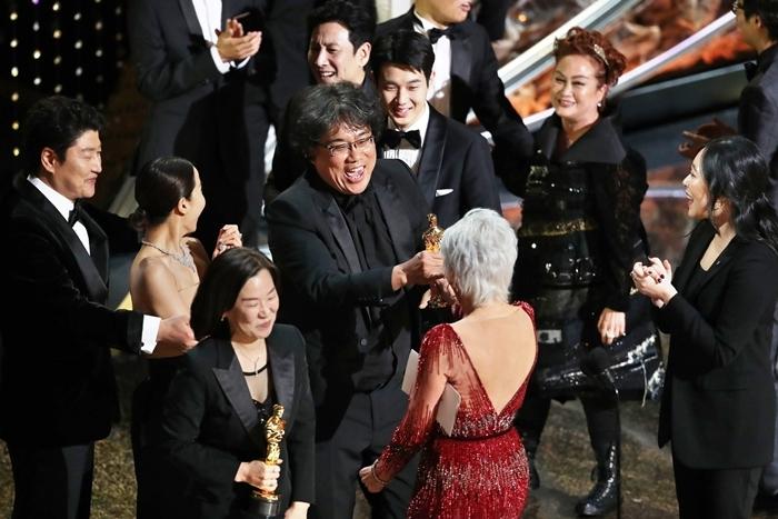 Đạo diễn Bong Joon Ho và nhà sản xuất Kwak Sin Ae nhận tượng vàng Oscar từ