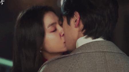 Nụ hôn ngọt ngào của chị đại Triều Tiên và trai đẹp lừa đảo khán giả mong chờ đã lâu.
