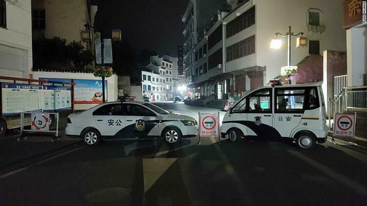 Xe cảnh sát chặn đường ở Sandouping. Ảnh: CNN.