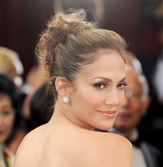 <p> <strong>Jennifer Lopez - 2010</strong></p> <p> Bruce Grayson là chuyên gia trang điểm chính, phụ trách diện mạo cho các ngôi sao tham dự lễ trao giải Oscar từ năm 2010 đến nay. Anh chia sẻ với <em>Hollywood Reporter</em> những người đẹp có layout trang điểm đẹp nhất thập kỷ.</p> <p> Năm 2010, Jennifer Lopez quyến rũ với mắt khói và đôi môi hồng nhạt, đơn giản nhưng đủ gây ấn tượng.</p>
