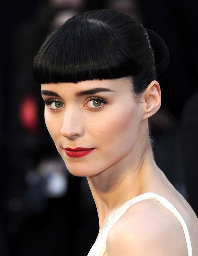"""<p> <strong>Rooney Mara - 2012</strong></p> <p> Giữa """"rừng"""" mỹ nhân với lối trang điểm an toàn, Rooney Mara nổi bật lên nhờ diện mạo sắc sảo nhưng cũng đầy cổ điển với mái bằng ngang, lông mày đậm và đôi môi đỏ.</p>"""