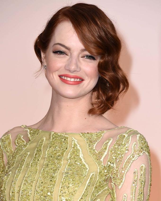"""<p> <strong>Emma Stone - 2015</strong></p> <p> """"Mái tóc đỏ xinh đẹp, lông mày hoàn hảo và đôi môi đỏ cam mạnh mẽ của cô ấy là một khoảnh khắc tuyệt vời"""",Bruce Grayson nhận xét.</p>"""