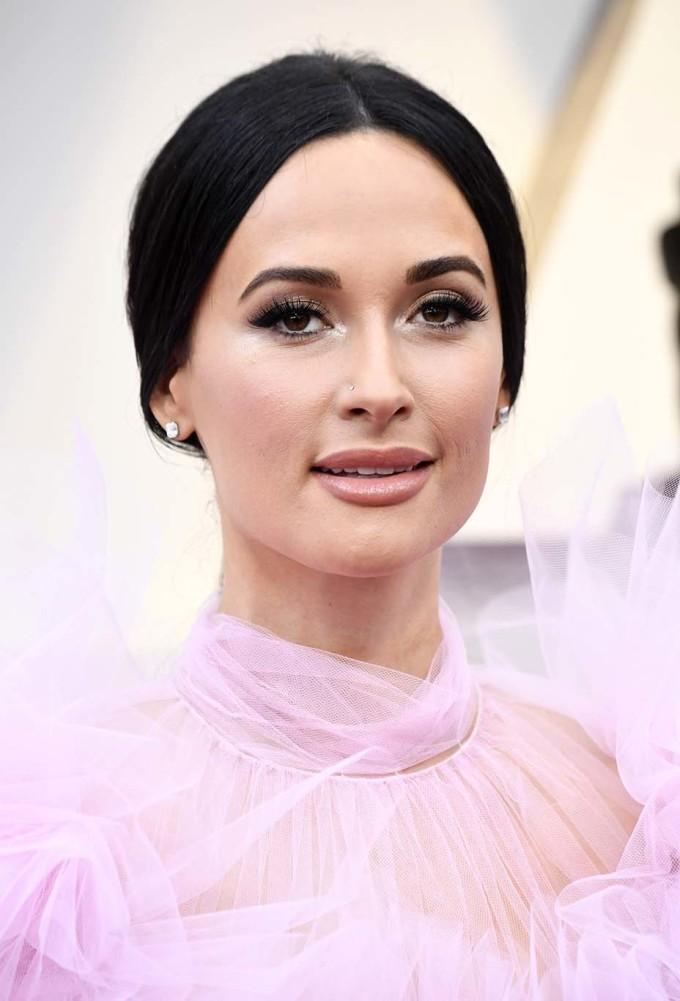 <p> <strong>Kacey Musgraves - 2019</strong></p> <p> Chuyên gia trang điểm thích cách giọng ca người Mỹ cân bằng khi mặc váy hồng tươi như búp bê củaGiambattista Valli với cách makeup cũng tông hồng nhưng nhạt hơn.</p>