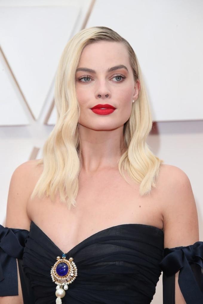 """<p> <strong>Margot Robbie - 2020</strong></p> <p> """"Harley Quinn"""" chứng minh son đỏ là bạn thân của mọi cô gái, đặc biệt càng hoàn hảo khi diện lên thảm đỏ. Mái tóc vàng, đôi mắt chuốt mascara cong vút giúp cô cổ điển như nữ thần.</p>"""
