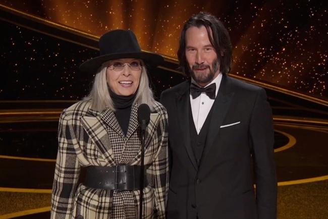 Diane Keaton và Keanu Reeves tái ngộ tại Oscar 2020. Hai người gặp gỡ trong tác phẩm Somethings Gotta Give (2003) trước khi vướng tin đồn hẹn hò vào năm 2005.