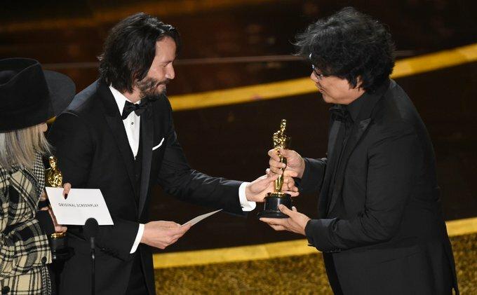 Bong Joon Ho nhận tượng vàng Oscar từ Keanu Reeves.