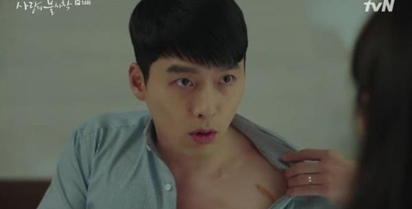 Jung Hyuk cởi áo khoe sẹo lần cứu Se Ri ở Triều Tiên.