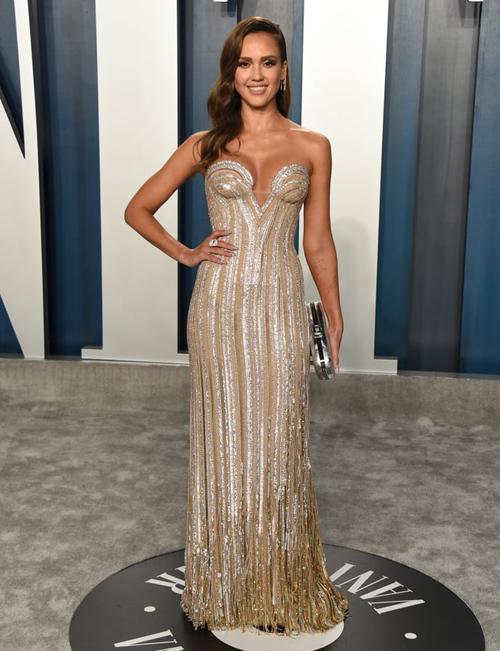 Ngoài lễ trao giải chính, Oscar hàng năm còn nhộn nhịp hơn nhờ những buổi tiệc bên lề, diễn ra sau sự kiện thảm đỏ. Đây là dịp để các ngôi sao tụ hội và thoải mái diện những bộ cánh táo bạo, khác với yêu cầu ăn mặc nghiêm ngặttrên thảm đỏ Oscar. Tại tiệc của Vanity Fair - buổi tiệc bên lề thường niên lớn nhất - Jessica Alba mặc đầm đôn đẩy vòng một.