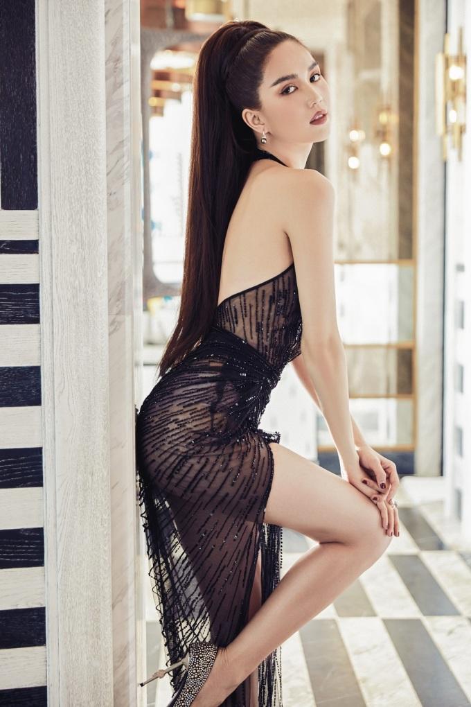 <p> Ngọc Trinh là nàng thơ của nhà thiết kế Lê Thanh Hòa trong bộ ảnh thời trang đầu năm. Người đẹp thử sức với nhiều phong cách thời trang khác nhau, từ nữ tính, quyền lực đến gợi cảm.</p>