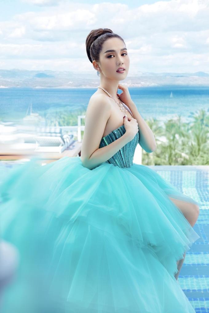 <p> Thiết kế váy cúp ngực xanh với đuôi ren mỏng giúp Ngọc Trinh khoe vẻ ngoài nữ tính.</p>