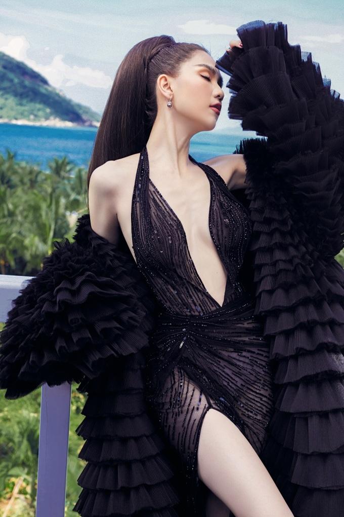 """<p> Phần áo khoác ngoài xếp tầng tăng vẻ quyền lực cho """"nữ hoàng nội y"""".</p>"""
