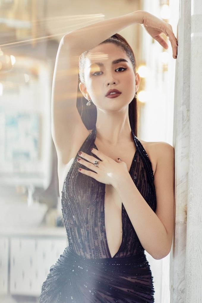 <p> Lê Thanh Hòa lựa chọn cho Ngọc Trinh chiếc váy ren mỏng táo bạo. Điểm nhấn của thiết kế nằm ở chi tiết xẻ sâu phần ngực và đùi, giúp cô khoe đôi chân dài cùng số đo hình thể.</p>