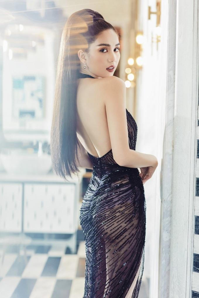 <p> Chất liệu mỏng manh của bộ váy giúp Ngọc Trinh tôn lên vòng ba.</p>