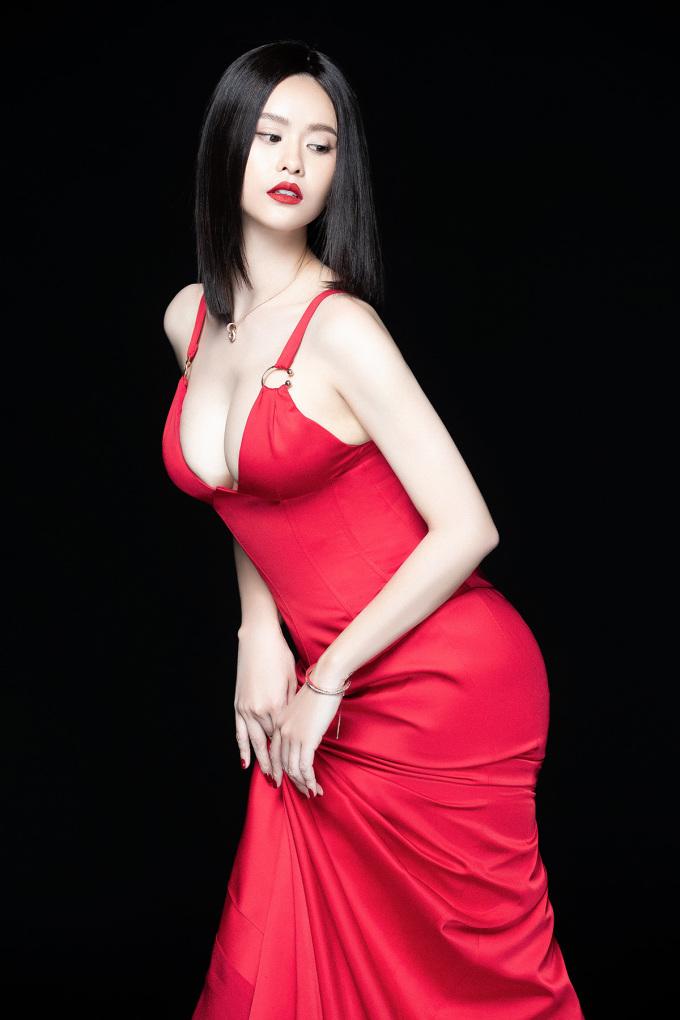 <p> Trương Quỳnh Anh tự tin diện chiếc đầm ôm, xẻ ngực sâu khoe vòng một.</p>