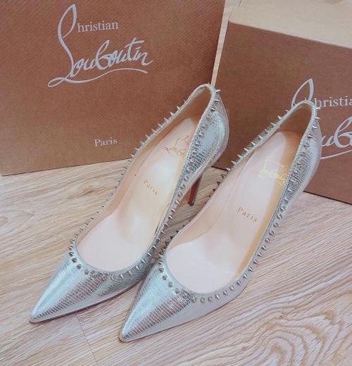 Giày cưới của người đẹp đến từ thương hiệu Christian Louboutin với thiết kế mũi nhọn thanh thoát. Giày có tông ánh bạc thời thượng, đính đinh tán quanh viền giúp Diệp Lâm Anh khẳng định sự sành điệu và cá tính.